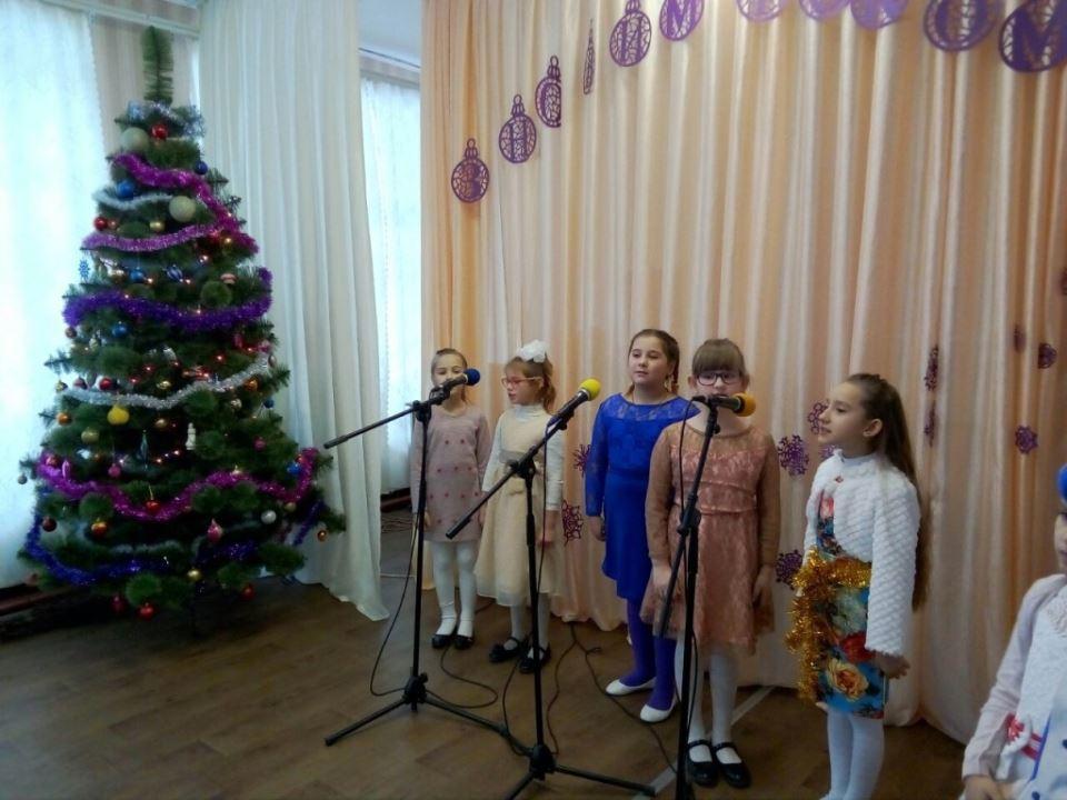 З піснями, іграми, конкурсами та карнавальними костюмами проходять новорічні ранки.